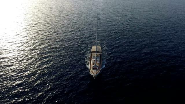 sailboat at sea - morze egejskie filmów i materiałów b-roll