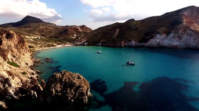 segelbåtar som ligger för ankar i viken vid milos island - grekland bildbanksvideor och videomaterial från bakom kulisserna