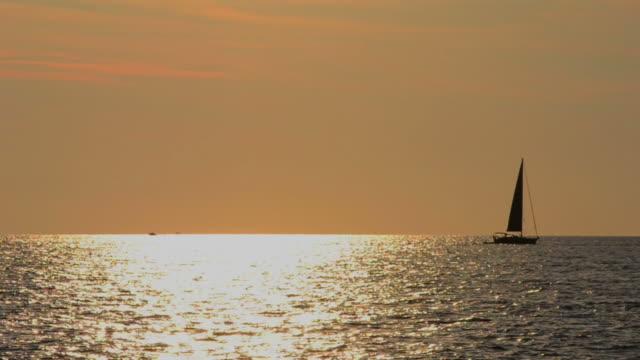 sailboats at sunset - skrov bildbanksvideor och videomaterial från bakom kulisserna