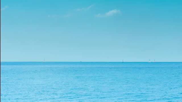 vídeos de stock e filmes b-roll de barcos à vela no mar, time lapse - linha do horizonte sobre água
