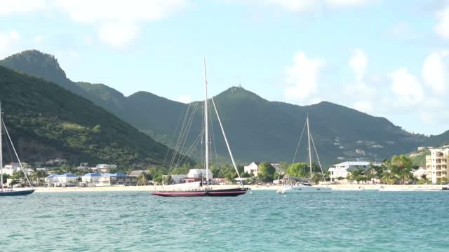 barche a vela ordinato st maarten - saint martin caraibi video stock e b–roll