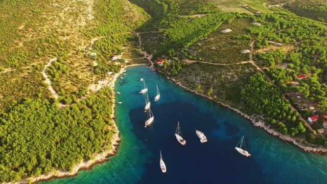 антенна парусников на острове в хорватии - хорватия стоковые видео и кадры b-roll