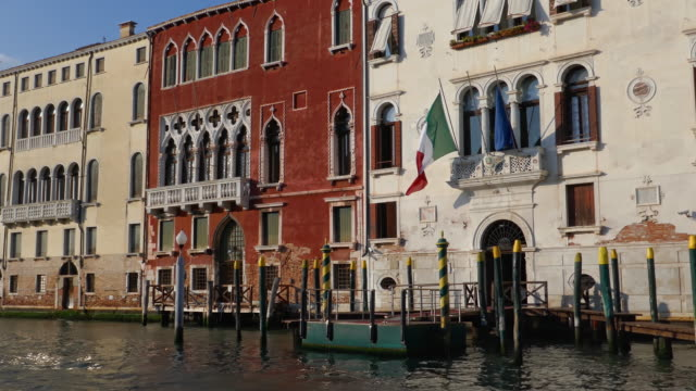 vídeos y material grabado en eventos de stock de navegando a lo largo del gran canal frente al palazzo erizzo alla maddalena, venecia, italia - estrecho