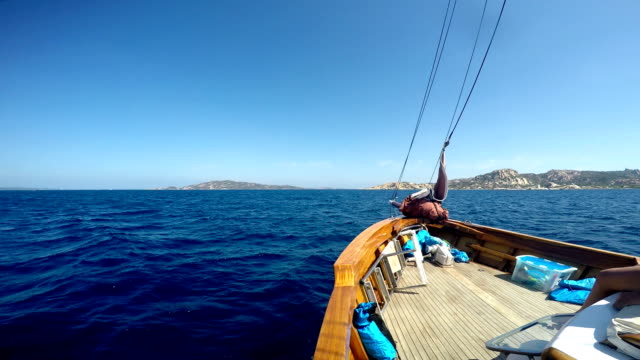 sailing around the globe - sardegna video stock e b–roll