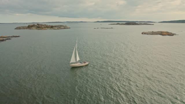 segelbåt i göteborgs skärgårds flyg över vatten - bohuslän nature bildbanksvideor och videomaterial från bakom kulisserna