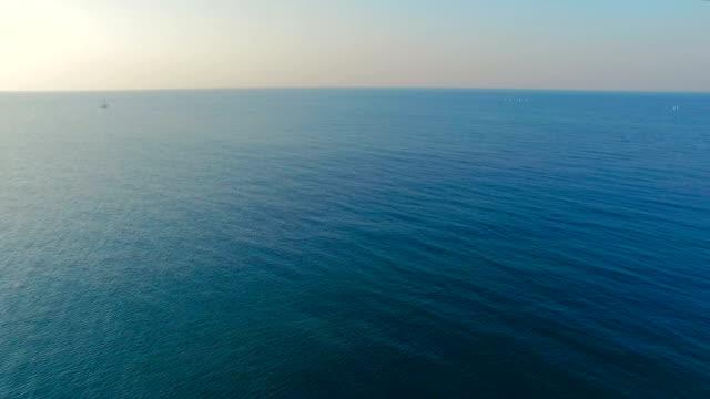 vídeos de stock e filmes b-roll de embarcações à vela no mar - caminho adiante