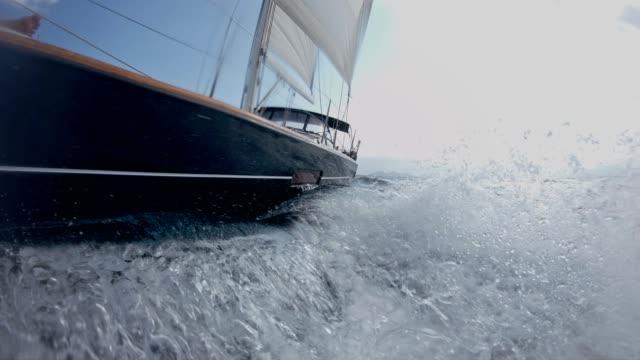 segeln auf rauer see - rau stock-videos und b-roll-filmmaterial