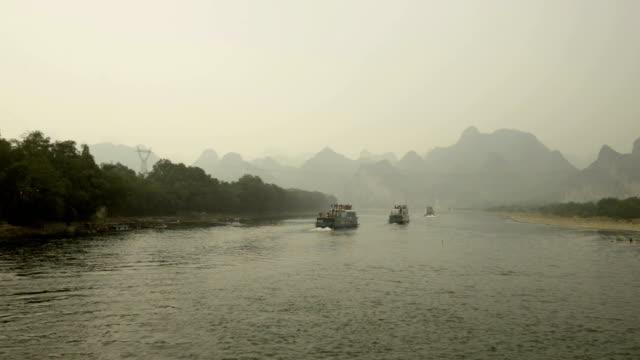 segeln auf dem lijiang river in yangshou, china - provinz guangxi stock-videos und b-roll-filmmaterial