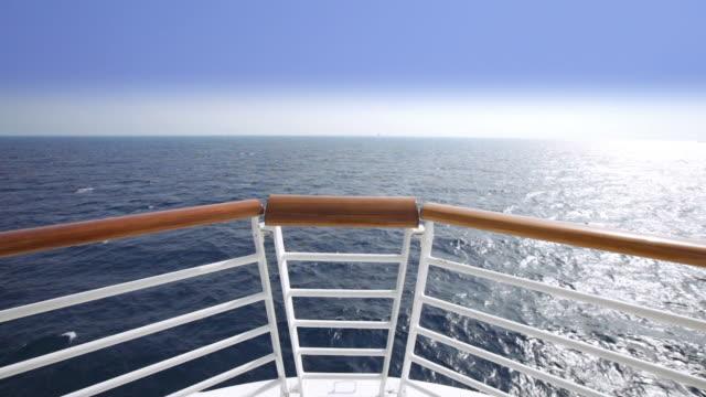 vídeos de stock, filmes e b-roll de hd vela vista de uma proa de um navio de cruzeiro - navio