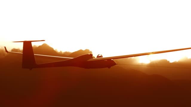 vidéos et rushes de planeur haute dans le ciel au coucher du soleil - glisser