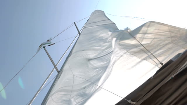 vídeos de stock e filmes b-roll de sails of the sailing yacht in the wind - veleiro