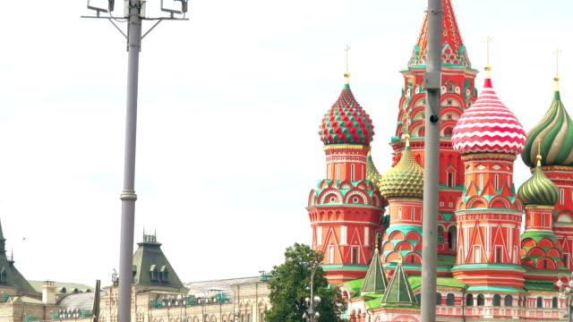 saint basil katedralen, röda torget och kreml väggen sett från floden - vasilijkatedralen bildbanksvideor och videomaterial från bakom kulisserna