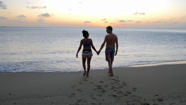 saint lucia beach, par män och kvinna medelålders promenader på stranden under semester på caribbena island st lucia - lucia bildbanksvideor och videomaterial från bakom kulisserna