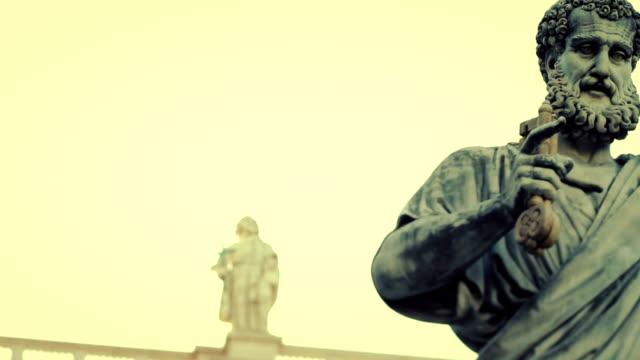 saint peter statue at the basilica in vatican, rome - peter the apostle bildbanksvideor och videomaterial från bakom kulisserna