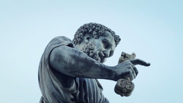 saint peter statue in vatican, rome - peter the apostle bildbanksvideor och videomaterial från bakom kulisserna