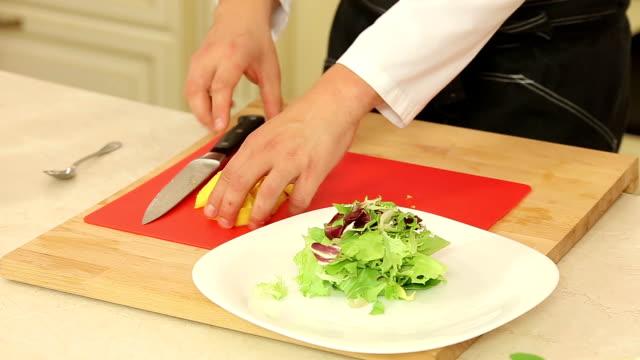 vídeos de stock e filmes b-roll de mistura de salada com manga - meat plate