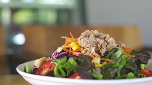 サラダ オン プレート ドリー ショット - ベジタリアン料理点の映像素材/bロール