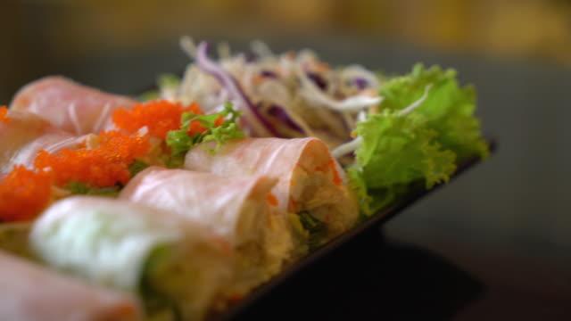 roll-salat gemüse mit salat - vegetarisches gericht stock-videos und b-roll-filmmaterial