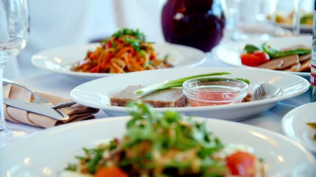vidéos et rushes de salade avec du poulet. fond de rustique. - parmesan