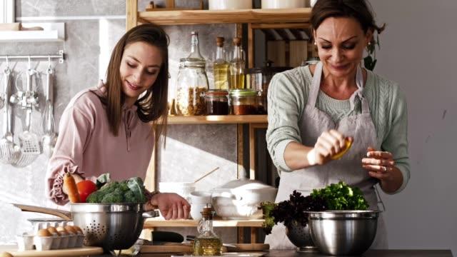 salad with lemon dressing - crucifere brassicali video stock e b–roll
