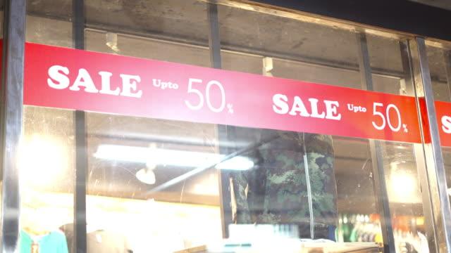 vídeos de stock, filmes e b-roll de sinal de desconto de 50% de venda - liquidação evento comercial