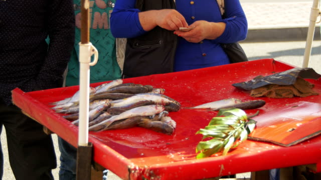sale of fish in the spontaneous market - молодой картофель стоковые видео и кадры b-roll