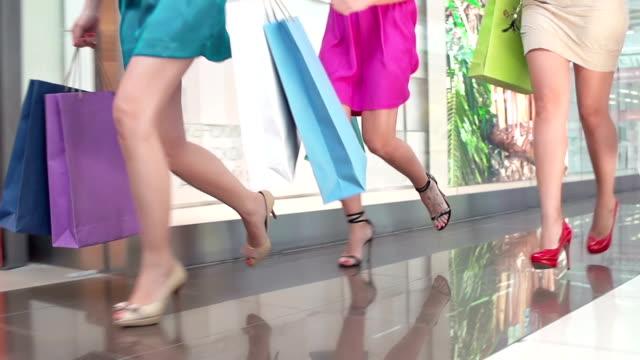 vídeos de stock, filmes e b-roll de venda rush - salto alto