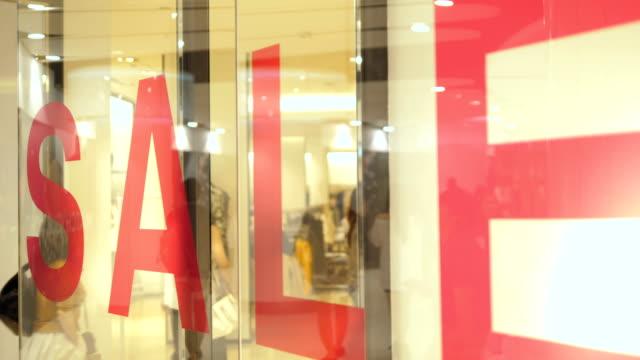 sale-schild - schaufenster stock-videos und b-roll-filmmaterial