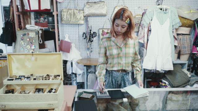 リサイクルショップのレジの後ろに立つ店員 - オペレーター 日本人点の映像素材/bロール
