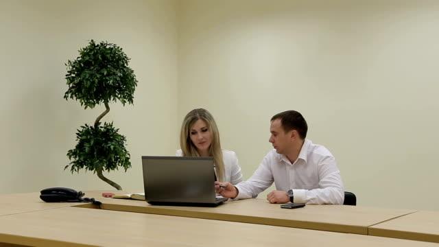 セールスマネージャーをするクライアントやビジネスプレゼンテーションにノートパソコン ビデオ