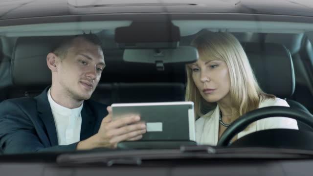 セールスマンは、車と女のキャビンに電子契約を締結を購入の取引をします。 ビデオ