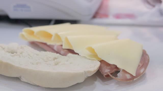 venditore che fa un panino al mercato asiatico - mortadella video stock e b–roll