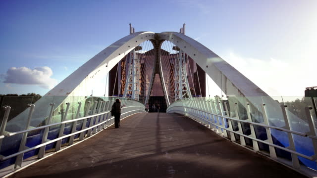 salford quays lift bridge, manchester, regno unito - manchester inghilterra video stock e b–roll