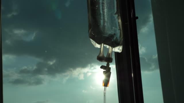 식염수 용액 iv 드립 - 대체 요법 스톡 비디오 및 b-롤 화면