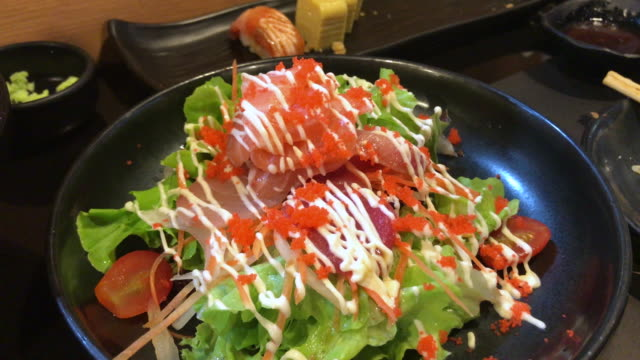 Salmon and tuna fresh salad , Bangkok , Thailand. - vídeo