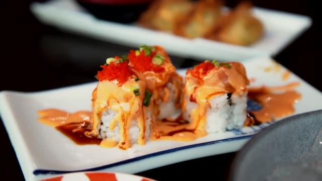 lachs burn rolls auf der weißen dish mit fried crunchy brot - japanisches essen stock-videos und b-roll-filmmaterial