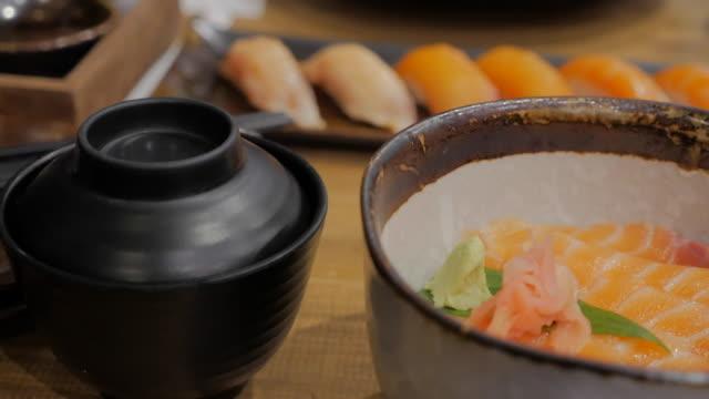 酢飯にサーモン丼新鮮なサーモンのお刺身。 ビデオ