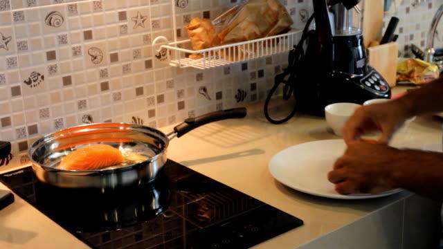 salmon frying in pan - frying pan bildbanksvideor och videomaterial från bakom kulisserna