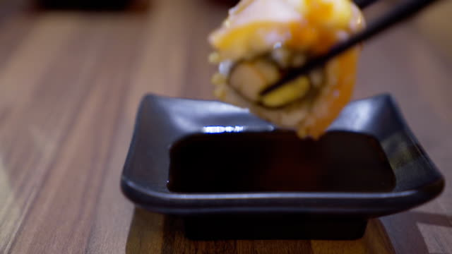 salmon maki roll video