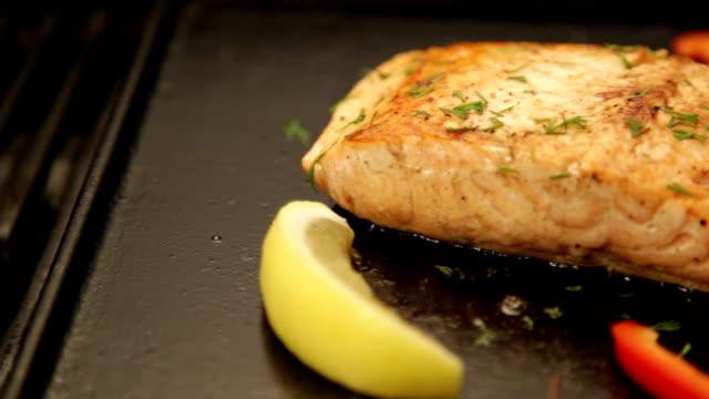 vídeos de stock e filmes b-roll de salmão no churrasco. - jantar assado
