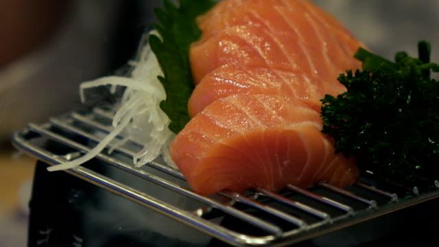 lachs-sashimi  - dampfkochen stock-videos und b-roll-filmmaterial