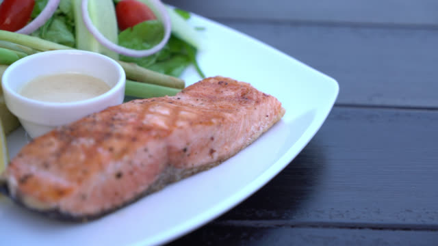 vídeos y material grabado en eventos de stock de filete de salmón - alimentos cocinados