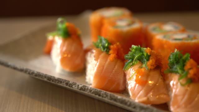 lachs und lachs-maki sushi - japanisches essen stock-videos und b-roll-filmmaterial