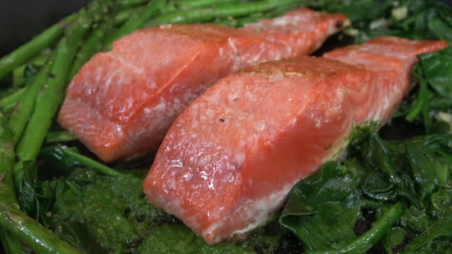 Salmon with Spinach and Asparagus