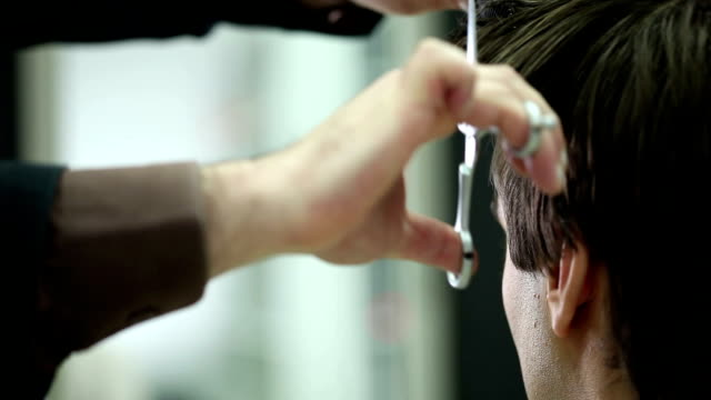 vídeos y material grabado en eventos de stock de salón corte de cabello - peinado