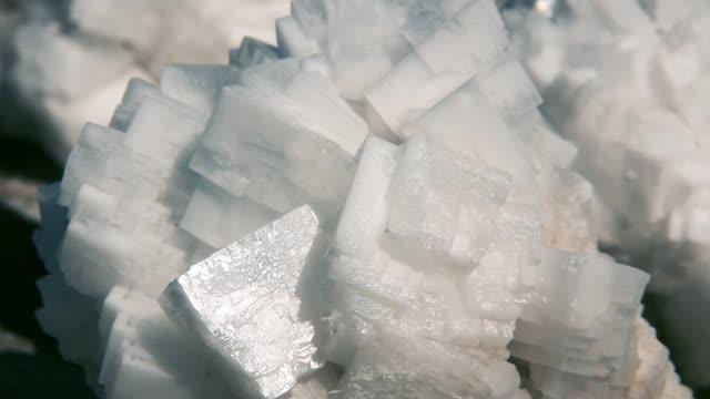 vídeos de stock, filmes e b-roll de minerais dos cristais de sal em uma mina de sal. - formato bruto
