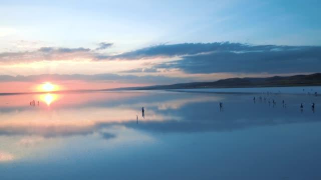 vidéos et rushes de salt lake city et coucher de soleil silhouette humaine - lac salé