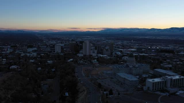 vidéos et rushes de salt lake city au coucher du soleil. utah, etats-unis. vue aérienne - inclinaison vers le haut