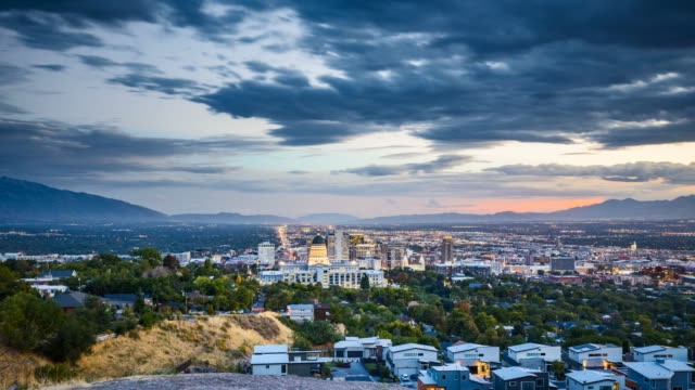 salt lake city skyline day to night time-lapse, utah, usa - salt lake stan utah filmów i materiałów b-roll
