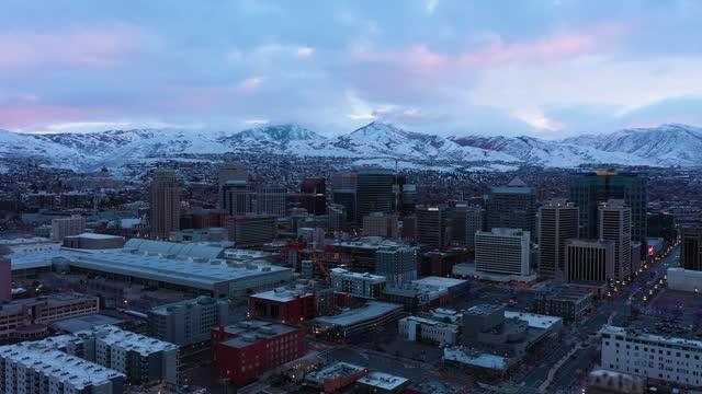 vidéos et rushes de horizon de salt lake city en hiver. utah, etats-unis. vue aérienne - inclinaison vers le haut